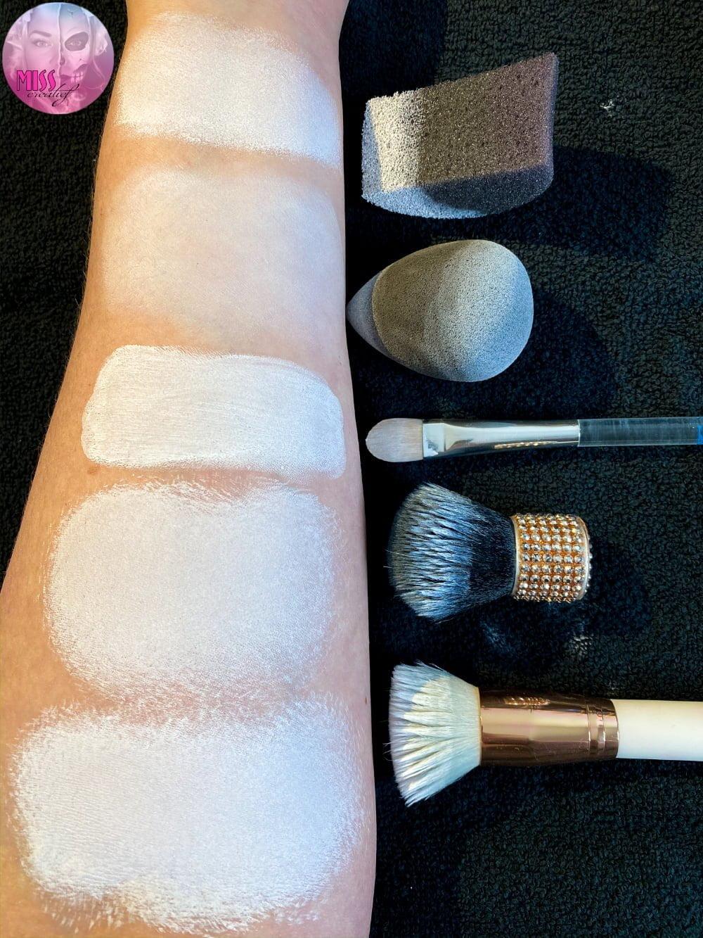 Witte basis schmink aanbrengen